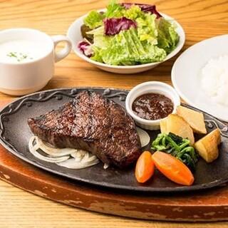 ランチはステーキ、ハンバーグ、9種野菜のサラダバー食べ放題