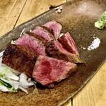 138018616 - 和牛いちぼステーキ(1800円)〜じっくりと網焼きしたいちぼは、レア感満載の火入れ。店長、なかなかやりますね ♫