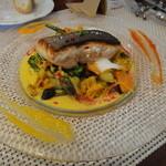 ビストロ ダイア - 皮目をパリッとした小樽の鮭、あさりのサフランソースと季節の野菜