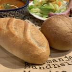 138032260 - フランスパンと全粒粉パン