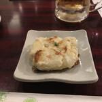 大阪大衆鉄板焼き酒場 てっちゃん - お通しの焼きポテト