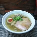 麺や 睡蓮 - 鶏と手火山花カツオ白醤油(880円)+味玉(100円)