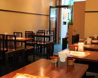 アーンドラ・キッチン - 2012.7 半地下の店内のテーブル席