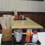 13807959 - 清潔な店内 テーブル席から小上がりを望む