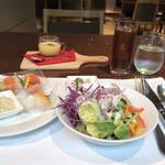 フィオーレ - プリフィクス&ハーフビュッフェ3800円。スモークサーモン、サラダなど。こちらのスモークサーモンは、質が良く、とても気に入っています(╹◡╹)