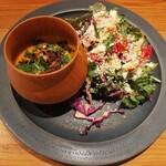138093397 - 色鮮やかな盛り付けにときめく!ゴージャスなトッピングのサラダとフレンチ仕様の温かい南瓜スープ