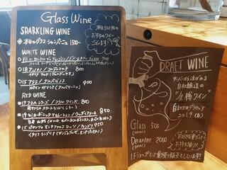 ワインショップ&ダイナー FUJIMARU - 色々な産地のワインが揃うグラスワインリスト、自社の畑のぶどうから作る自社醸造の生樽ワインはグラス500円