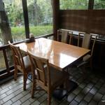 万平ホテル カフェテラス - ジョンとヨーコがいたテーブル