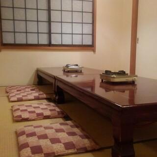 木の温かみを感じる居心地の良い空間。個室も完備しております。