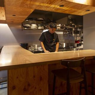 ライブ感あふれるオープンキッチン。6名から貸切可。