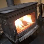 MUKU cafe - 冬は暖炉であったか空間