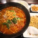 マルヤス酒場 - ランチの坦々麺+小チャーハン