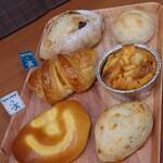 ボン・ボランテ - ①イチジクのカンパーニュ(¥290)②くるみのパン(¥65) ③オレンジのクロワッサン(¥205)④パンプディング(¥205) ⑤クリームパン(¥205)⑥ゴマ&チーズパン(¥75)