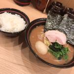 家系 麺場寺井 - 料理写真:ラーメン並+味玉+サービスライス!