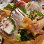 138118389 - 刺し盛り3人前。タコ、赤貝、鮪の赤身、鮑、ホタテ、縞鯵、真鯛。これで多分9000円強。どうです?