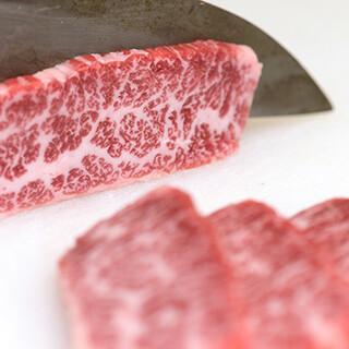 店長のカット技術により、美味しくなるお肉をご堪能ください