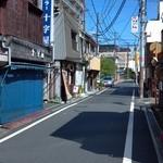 鯛焼工房 やきやきや - 左に店舗。奥は駅。
