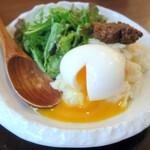 taishuubanikusakabafujiyama - ポテサラの上にトロ~リ半熟のゆで卵と馬肉味噌がトッピング
