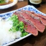 taishuubanikusakabafujiyama - 馬肉の上に大根おろし・生姜・ネギを乗せポン酢に浸けてパクリ… う~ん、肉は柔らかでサッパリして馬~い♪