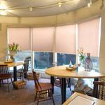 ナチュラルレストラン&デリ みどりえ - 生花が置かれたテーブル