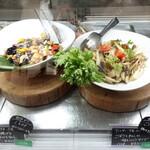 ナチュラルレストラン&デリ みどりえ - 右:ゴボウとキノコのサラダ