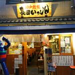 神戸鉄板 長田いっしん - お店の前に立つ鉄人28号