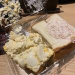 アメリカン - パカっと開けて食べないとアゴが外れます。 玉子の上っ面パンを食べた図。