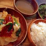 ガテモタブン - バクシャバランチ。豚と大根の唐辛子炒め煮、ダルスープ、サラダ、ご飯はおかわり自由。¥1040(込)