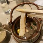 梅丘寿司の美登利総本店 - 馬鹿でかい松茸。
