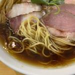 らぁ麺 はんにゃ - チャーシュー醤油中華そば 1100円(2020年10月) 中細麺。