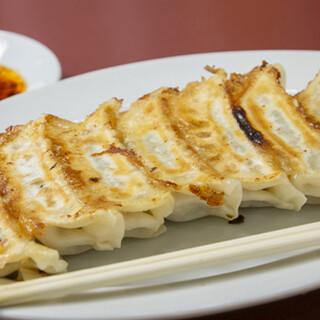 満洲園 - 料理写真:60年の伝統の名物餃子