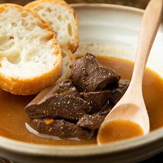 じっくり時間をかけた肉煮込みは人気!自慢の肉料理をどうぞ♪