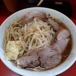 138194794 - 小豚(麺量300g位)、麺硬め、野菜少なめ、ニンニクをコール。                       醤二郎でマィウー、イェーイ!