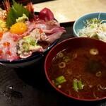 味福 - 並海鮮丼ランチ990円  出しの効いた赤だし付