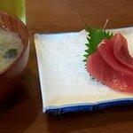 美味処まつを - 味噌汁とマウロ刺身