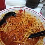 蒙古タンメン中本 - 唐辛子を掛けつつ食べ進む。