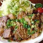 豚肉食堂&喫茶 mojo smokin' - てんこ盛りキャベツと焼肉風生姜焼き♪