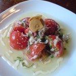 豚肉食堂&喫茶 mojo smokin' - ベーコンと青ジソとトマトのサラダ 400円