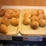 焼き立てパン工房 布田4丁目ベーカリー - カレーパン 2種