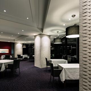 スタイリッシュでお洒落な空間の中お食事をお楽しみいただけます