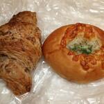 パン工房 アドバンス - 料理写真:クロワッサンと焼きカレーパン