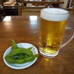浅野屋 - 生小ビール 奥の小上がりに寅さんが座ってそうな雰囲気♪