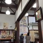 喫茶オレンジ - となりのうどんやと一体になったお店の中。