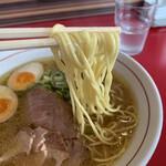 ゴウジャン  - 麺は中太な中華麺