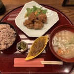 麹蔵 - 豚汁定食 おかずは油淋鶏(900円 税込)