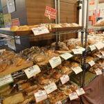 食人 - パン売り場1