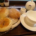 食人 - 国産小麦と天然酵母のキーマカレーパン、いちごのメロンパン(期間限定)、アールグレイあんぱんとミルクティー