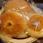 食人 - 国産小麦と天然酵母のキーマカレーパン、いちごのメロンパン(期間限定)、アールグレイあんぱん