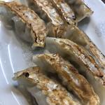東珍康 - 焼き餃子。パリパリ系ではなく、焦げ目が薄ら付いた柔らかい皮で、ニンニクがしっかり効いた好みの餃子でした。大きさも一口大程度で食べ応えあります。