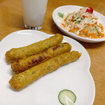 インド・ネパール料理 エベレスト - レスミカバブセットのレシミカバブとサラダ、ドリンク(ラッシー)